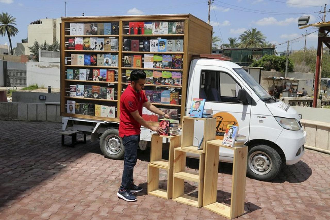 furgoneta llena de libros