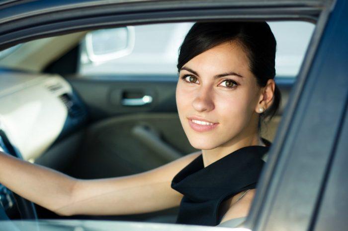 Mujer dentro de coche parado