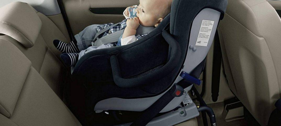 posicion silla de bebe en el auto