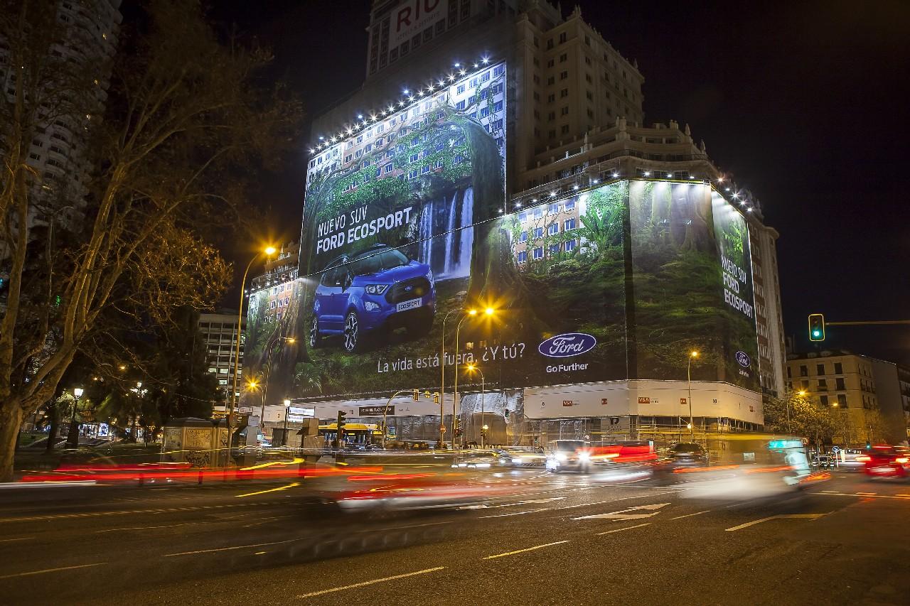 Ford instala la valla publicitaria más grande certificada por G
