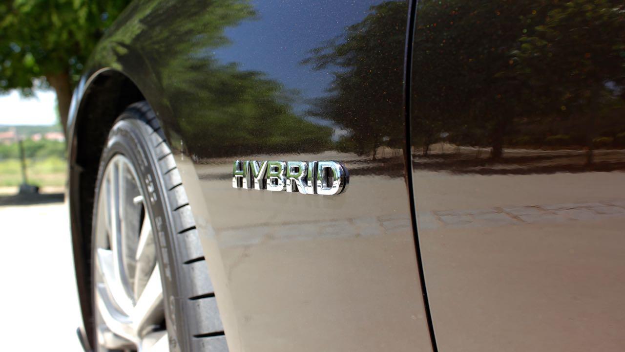 Infiniti Q50 Hybrid insignia – 1