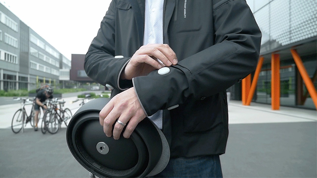 ford-chaqueta-luminosa-ciclistas 1