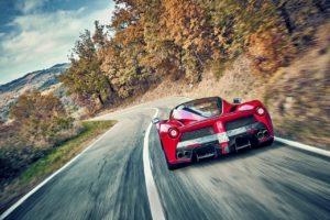 Un Ferrari LaFerrari Aperta sin reparos en derrapar en un tramo de montaña cerrado