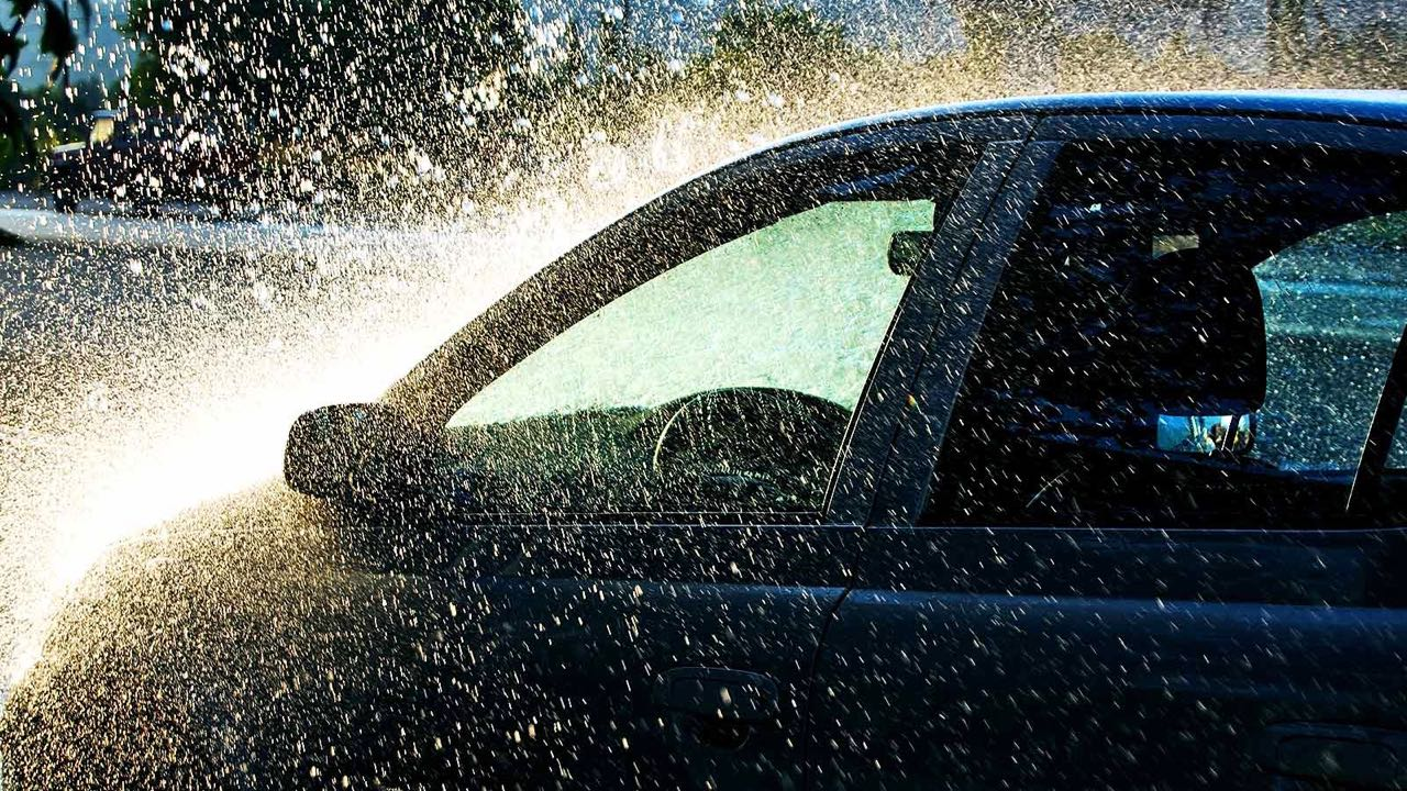 coche lluvia tormenta