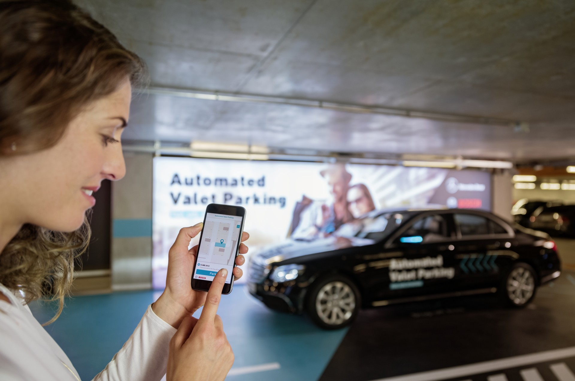 Bosch und Daimler zeigen fahrerloses Parken im realen Verkehr: Weltpremiere im Parkhaus des Mercedes-Benz MuseumsBosch and Daimler demonstrate driverless parking in real-life traffic: World premiere in the multi-storey car park of the Mercedes Benz Museu
