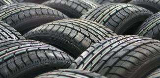 pila de neumáticos desgastados