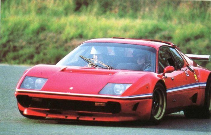 Uderzo, el creador de Astérix, conduciendo un Ferrari