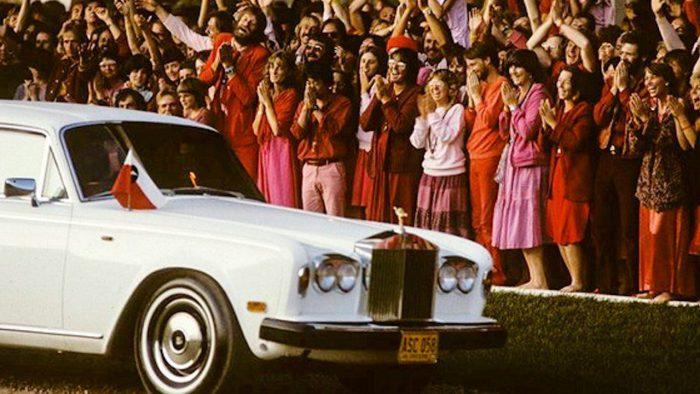 Osho pasa en Rolls-Royce frente a sus seguidores