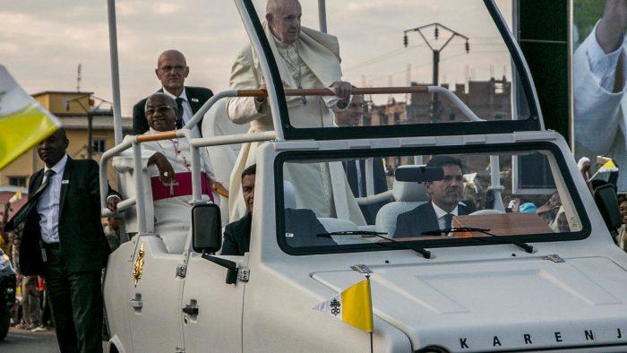 El Papa en un Karenji Mazana, coche fabricado en Madagascar