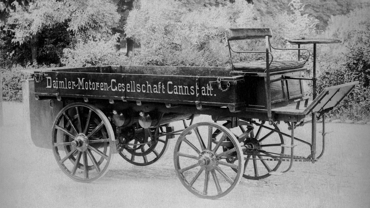 Der erste Lkw der Welt wird von Gottlieb Daimler im Jahr 1896 gebautThe first truck in the world was built by Gottlieb Daimler in 1896